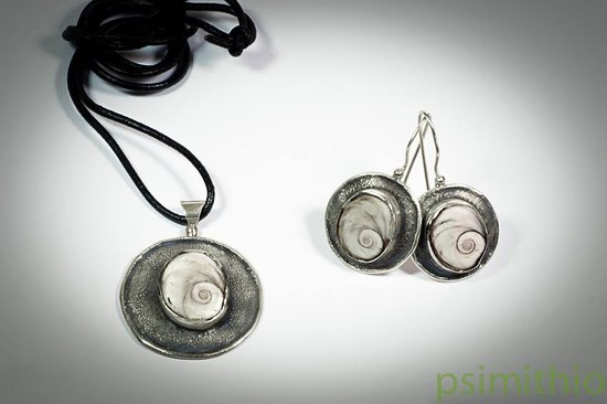 Psimithio: necklace with earrings