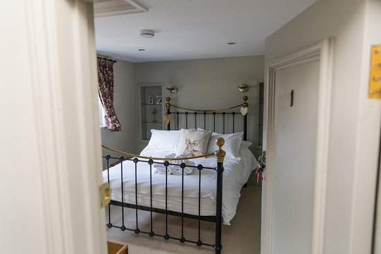 White Hart Inn: Looking through the door to bedroom 1