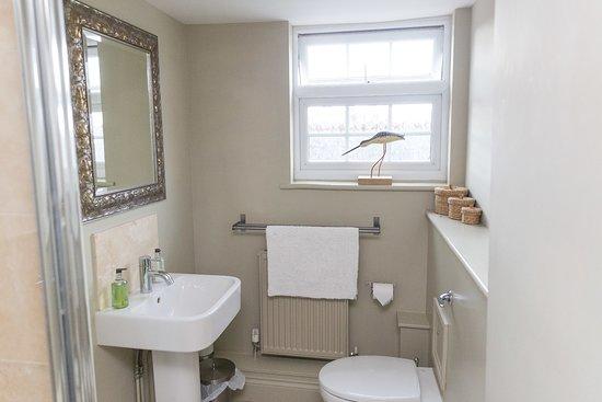 White Hart Inn: Bedroom 1 shower and toilet