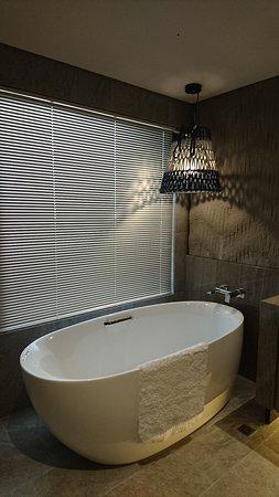 Artree Hotel: 飯店單人房間浴室