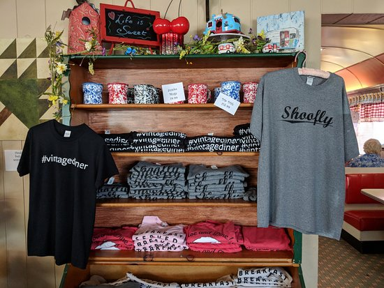Frackville, Pennsylvanie : Gift shop items. I was tempted to buy the Shoofly shirt.