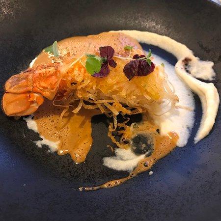 Chorey Les Beaune, Francja: Gâteau de foie / langoustine croustillante / bisque crémée