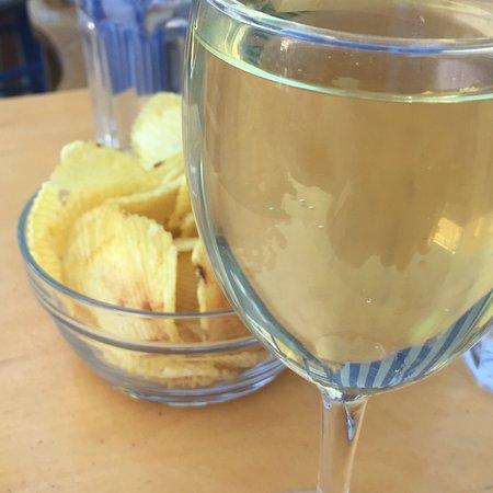 Cafe Yannis Place: zum Wein gibt es Käse und Oliven... oder Chips.. sehr liebevolle Art .. Frühstücksomlette riesig