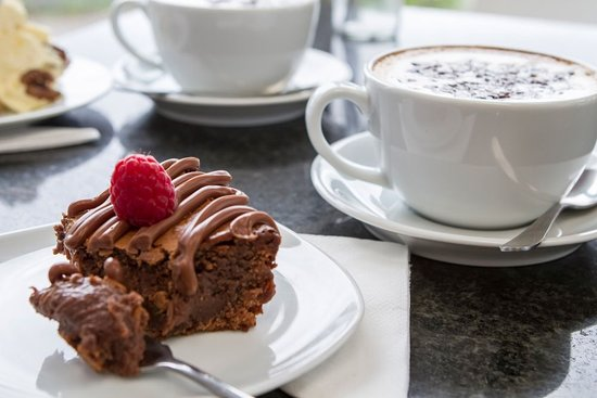 Bolton le Sands, UK: Coffee and cake at the Allium Eatery