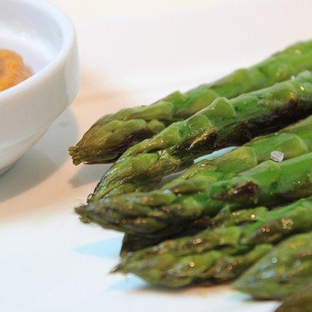 Moka Restaurant Cafeteria: Espárragos verdes a la plancha con romesco