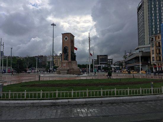 Taksim Square: Appena terminato di piovere
