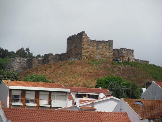 Vista del castillo desde la fachada del monasterio de Alcobaça