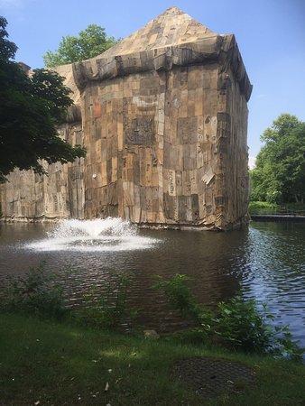 Schlosspark Schloss Strünkede : Das zur Zeit von einem japanischen Künstler zum Kohleausstieg verhüllte Schloß Strünkede ( bis S