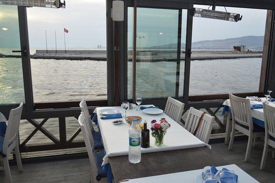 Adabeyi : Náš stůl u okna :-)