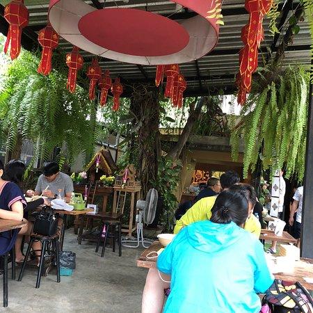 ข้าวซอยนิมมาน: Hearty comfort food and very popular place