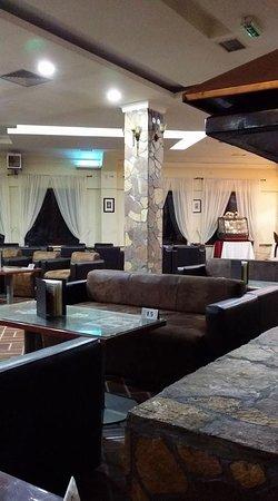 Hotel Junior: Prostrano predvorje sa velikim kaminom u sredini.
