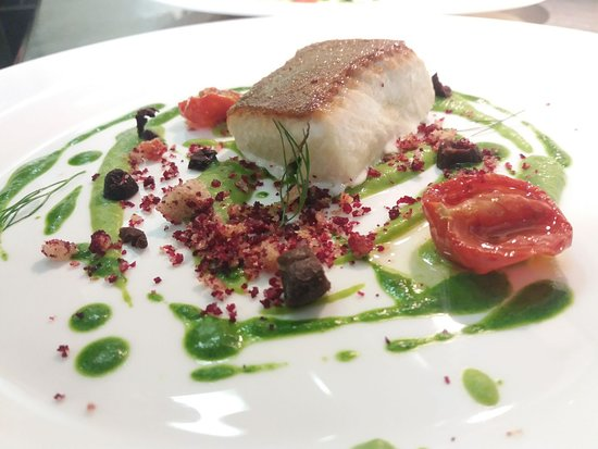 Sarche, Italy: Salmerino Alpino con croccante di rapa rossa, olive e crema di piselli.