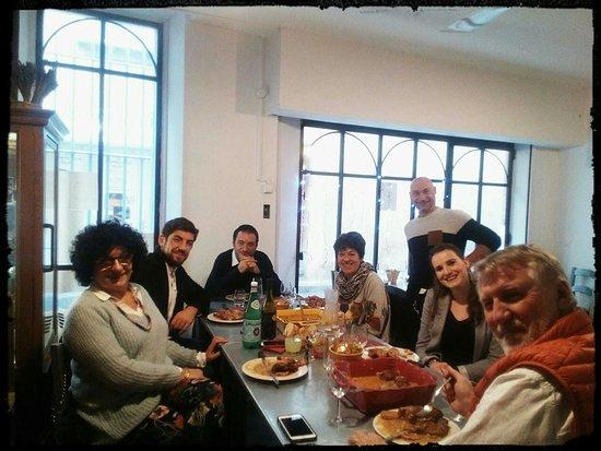 L Artisan du Foie Gras: L'Artisan et ses convives autour d'un repas entre collègues