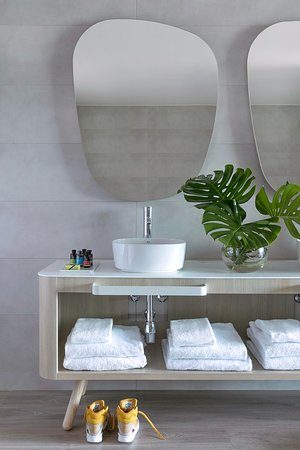ME Sitges Terramar: Chic Suite Bathroom / Amenities