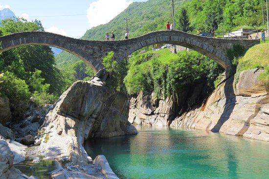 Hotel Pizzo Vogorno: Valle Verzasca Fluss / River - Ponte vecchio