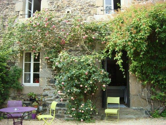 Hotel Kastell Dinec'h: petit jardin très fleuri; ici entrée de la salle à manger