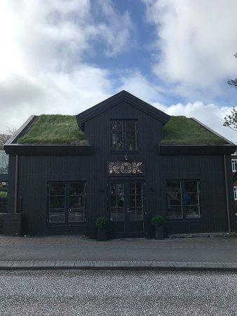 ROK Restaurant: Really cool building right by hallgrimskirkja church