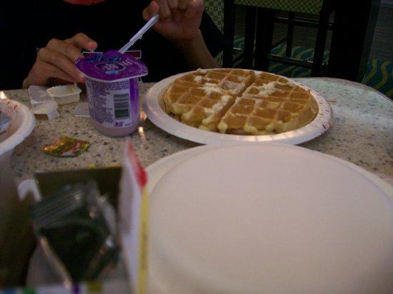 Hampton Inn Hanover: Complimentary Hot Breakfast, Waffle Making Machine.
