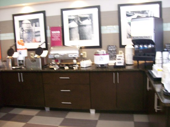 Hampton Inn Hanover: The Complimentary Hot and Cold Breakfast Station.