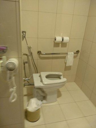 Quality Hotel & Suítes São Salvador: Banheiro do quarto adaptado para cadeirantes