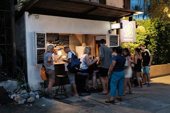 Wake Up Aonang Hotel: Le bar de rue super et pas cher en face de l'hôtel