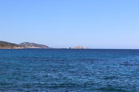 Plage de Lozari: vue sur l'ile rousse