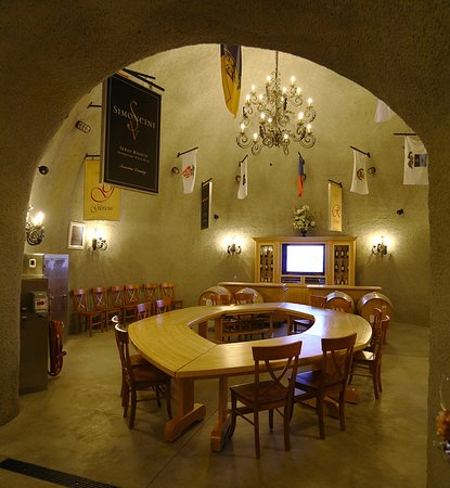 Healdsburg, CA: Great tasting spaces within their cellars.