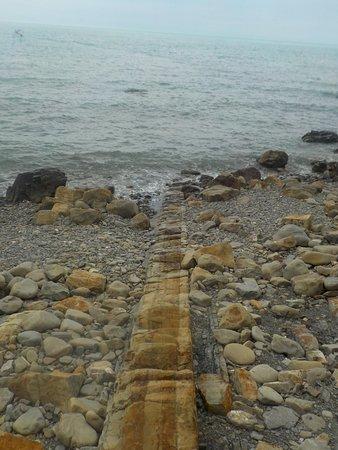 Praskoveyevka, Russia: Основание, уходящее в море. На таком вот Парус и стоит. Недалеко от скалы.