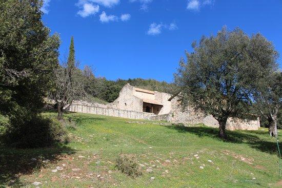 Església Romànica de Sant Quirza de Pedret : La Iglesia, junto a una casa de piedra