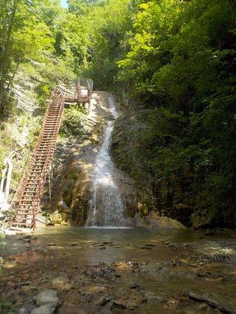 Gebiusskiye Waterfalls: Лестница вдоль водопада