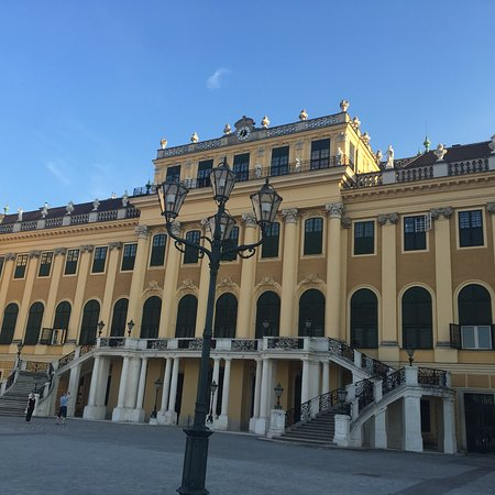 """พระราชวังเชินบรุนน์: It is the one of most beautiful palace in Europe. This was the """"summer palace"""" of Habsburgs."""