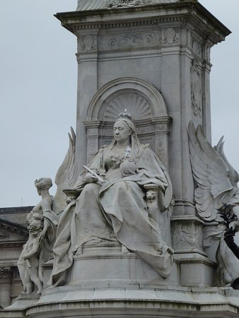 Queen Victoria Memorial: 威嚴的女王