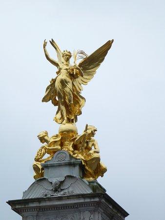 Queen Victoria Memorial: 金光的頂部