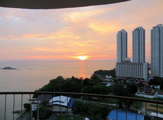 เรนโบว์ พาราไดซ์ บีช รีสอร์ท: Sunrise from my 20th-floor room