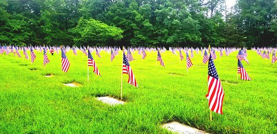 Quantico, Wirginia: Flags on Memorial Day mark the resting place of heroes.