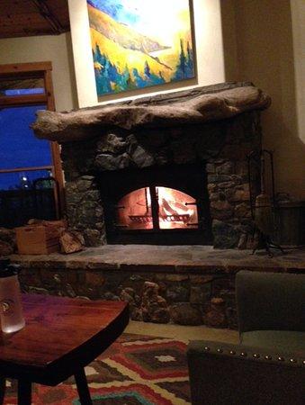 Treebones Resort: Lovely log fire in the lodge!