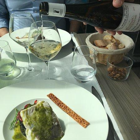 Bouchemaine, France: Um restaurante que oferece comida saborosa e atendimento muito gentil. O peixe estava delicioso