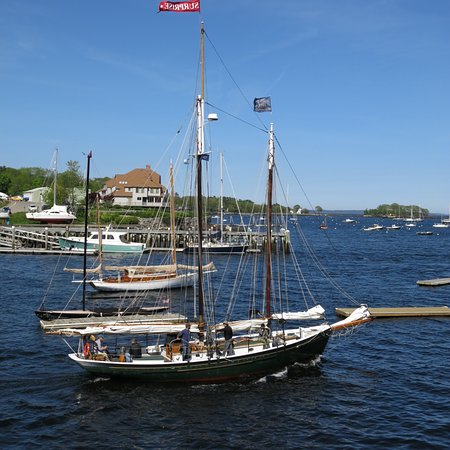 Schooner Surprise: Surpise in excellent green, The yacht Atlantide, Camden's lighthouse with Surprise sails