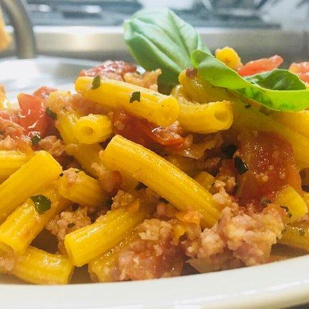 Trattoria Il Fantino: Primi del giorno di oggi: maccheroncini al torchio con ragù di pancetta e pomodorini freschi. Bu