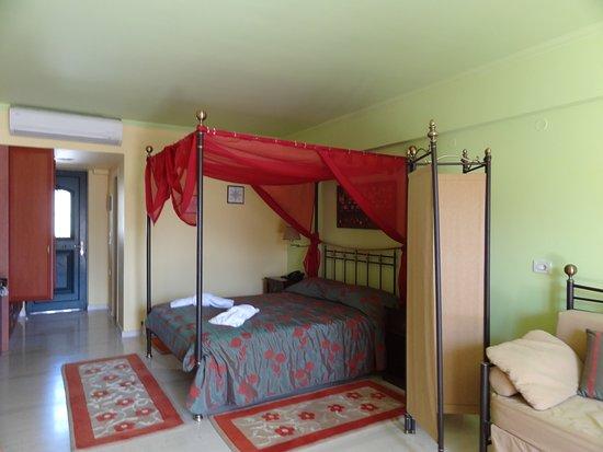 Hotel Captain Stavros: Stort Værelse til 3 med jalousivæg :-)