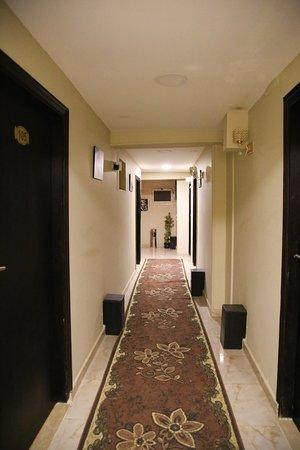 Panorama Pyramids Inn: Couloir menant aux chambres