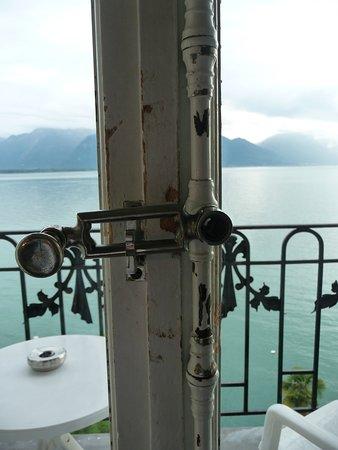 Hotel du Grand Lac Excelsior: дверь на балкон