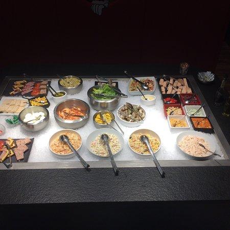 Drumettaz-Clarafond, ฝรั่งเศส: Différents plats et desserts du jours ainsi que le buffet