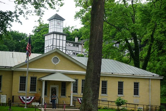 Berkeley Springs, Batı Virjinya: Historic Bathhouse at the State Park with the Country Inn Spa in the background