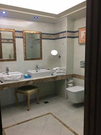 Atrium Prestige Thalasso Spa Resort and Villas: Main bathroom with shower