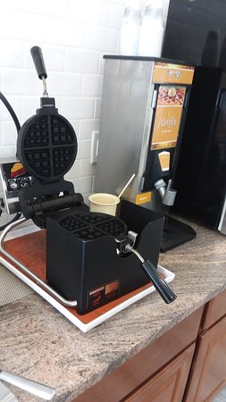 Quality Inn & Suites: Waffle maker (Small and Large waffles)