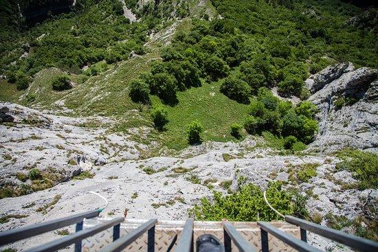 Smolyan Province, Bulgaria: uitzicht naar beneden vanaf het uiterste punt van the eagle eye