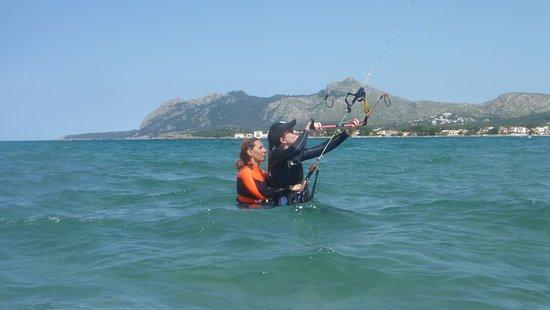 Kitesurfing Club Mallorca: kitesurflessen Mallorca beoefent - wind in Pollensa in juni