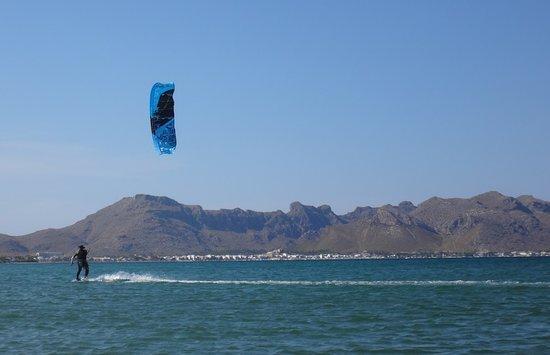 Kitesurfing Club Mallorca: Kitesurf-Unterricht Mallorca üben in Kitespot Pollensa - Wind in Pollensa im Juni