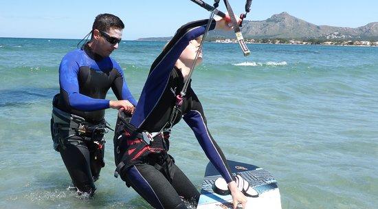 Kitesurfing Club Mallorca: kitesurfing oppitunteja Mallorca harjoittaa bodydrag tuuli Pollensassa kesäkuussa